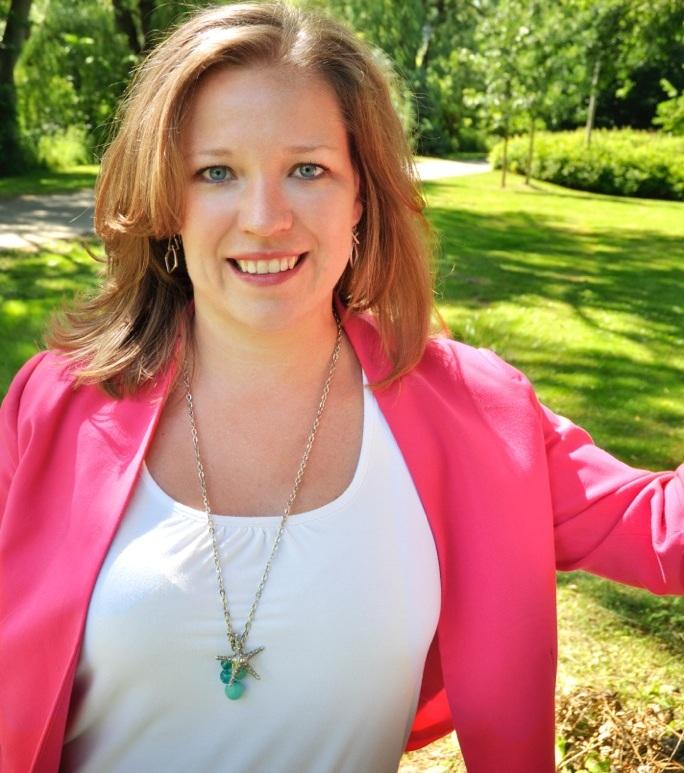 Kelly Farrell - Teach Me Social -headshot (2)